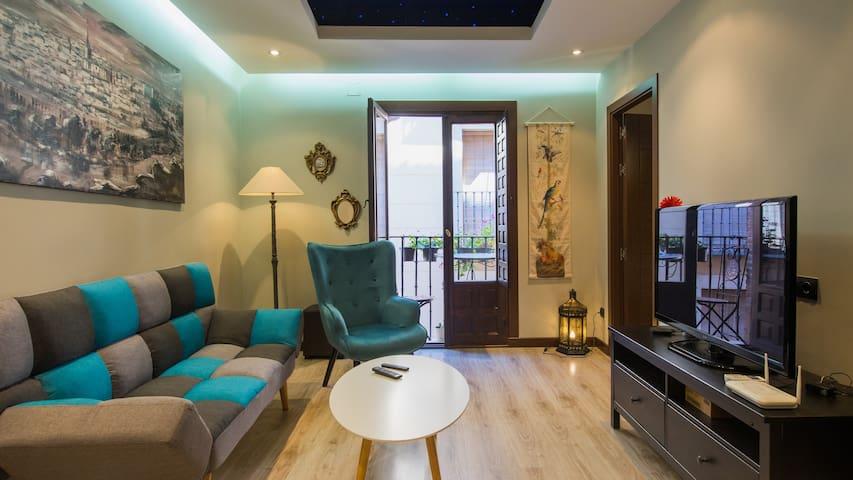 Salón acogedor, perfectamente iluminado, con balcón-terraza para disfrutar de una maravillosa vista de la calle Alfileritos.