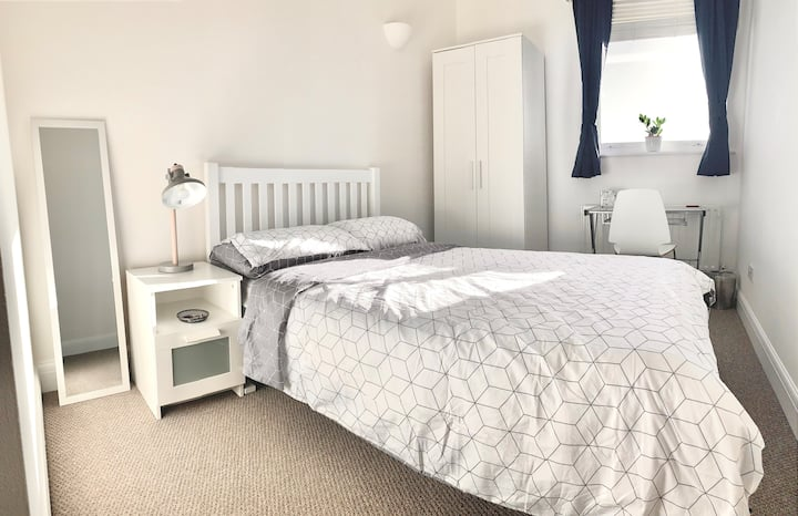 Double room w/ Private Bathroom and Secure Parking