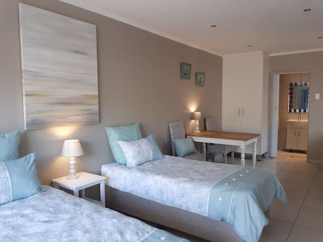 Twin Private Self-Catering Cottage, secure parking