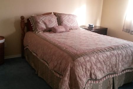 Large bedroom with en suite - Kelowna - Maison