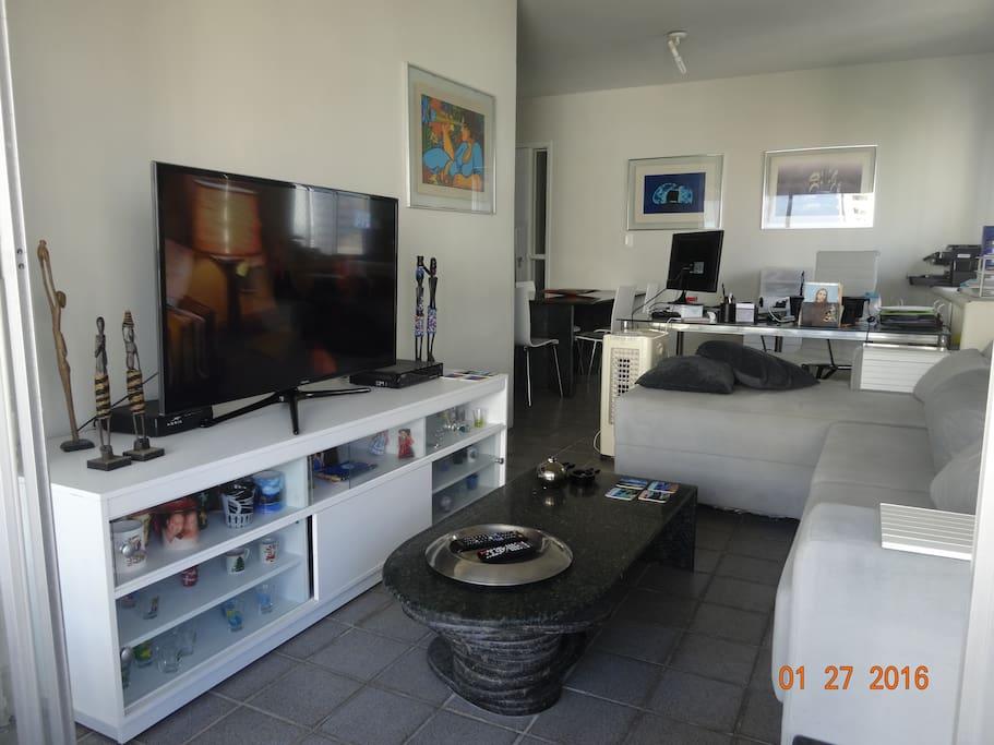 Sala com três ambientes (estar, jantar e home office)