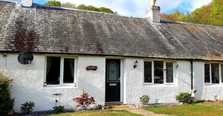 Luxury secluded cottage on banks of River Tay