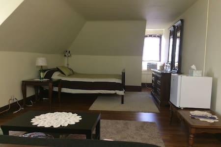 Spacious room in a vintage international house - Easton - Rumah