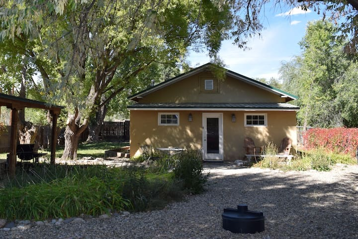 ★Peaceful Adobe★ Convenient to Taos, Skiing, River