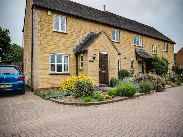 OAKMEAD, pet friendly, with a garden in Moreton-In-Marsh, Ref 988717