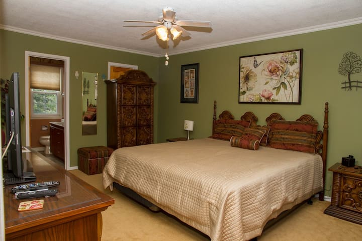 Heath Haven B&B- Gardenview Room - Port Perry