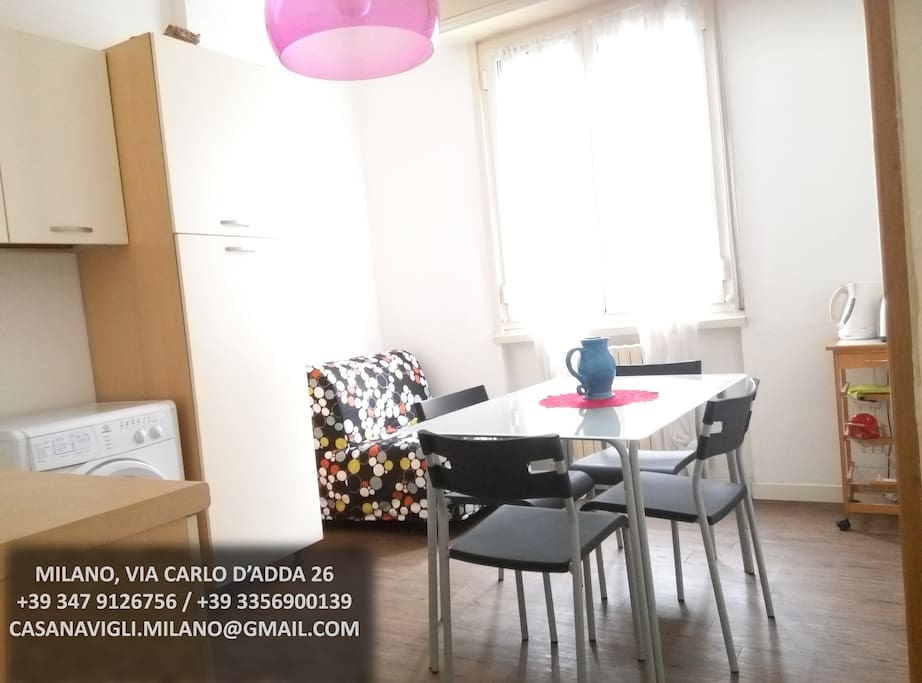 Cucina e sedie appartamento Milano Centro