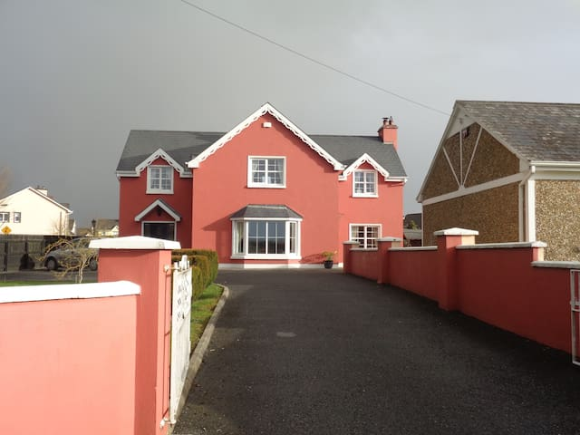 Ennis 4 beds with all facilities