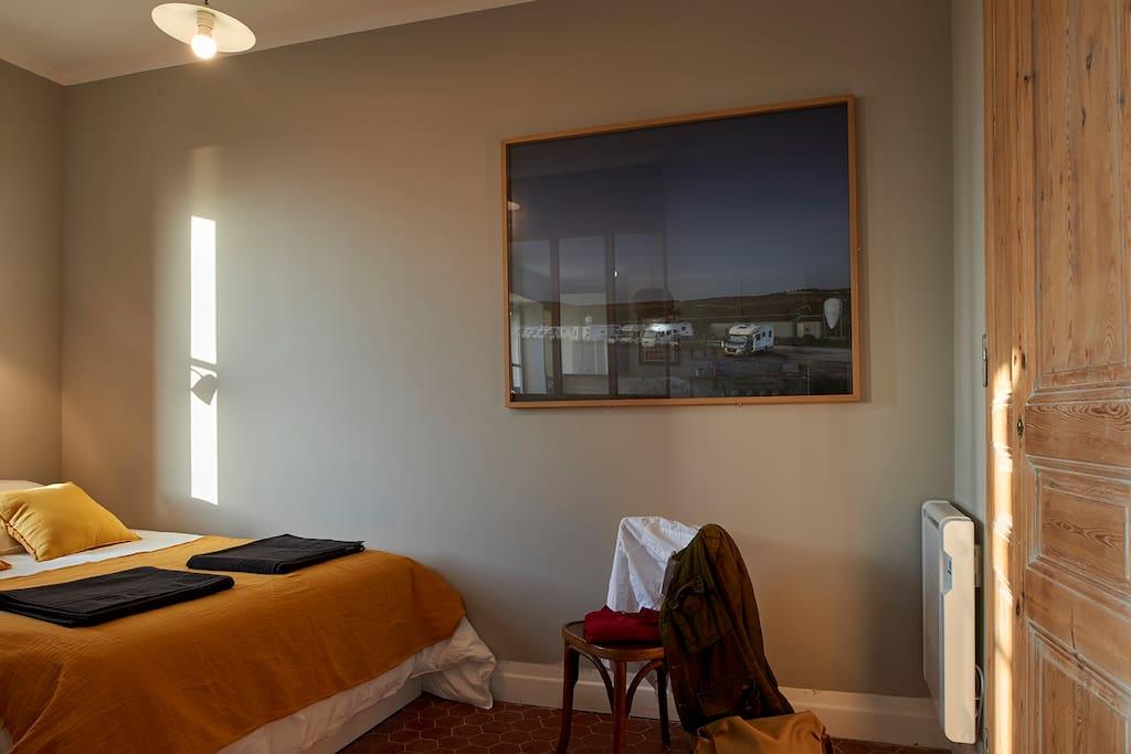 Une chambre avec dressing
