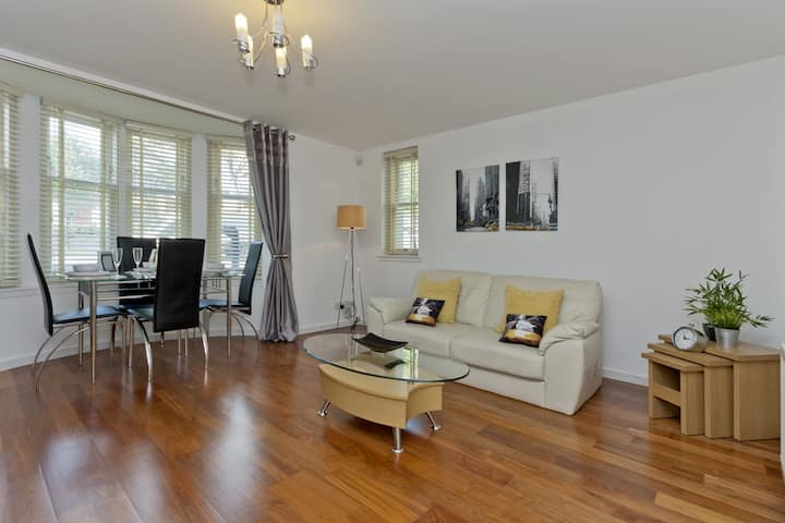 West End Ground Floor Apartment - Private Parking