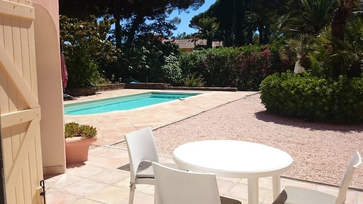 Private Flat front of sea, garden, swimming pool