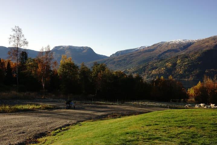 Nyere moderne enebolig mellom fjell og fjord