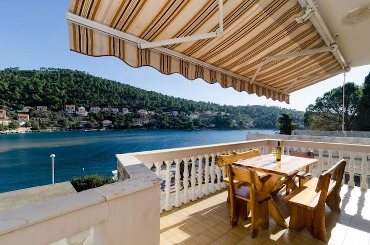 Kuzma - Four-Bedroom Apartment with Terrace and Sea View