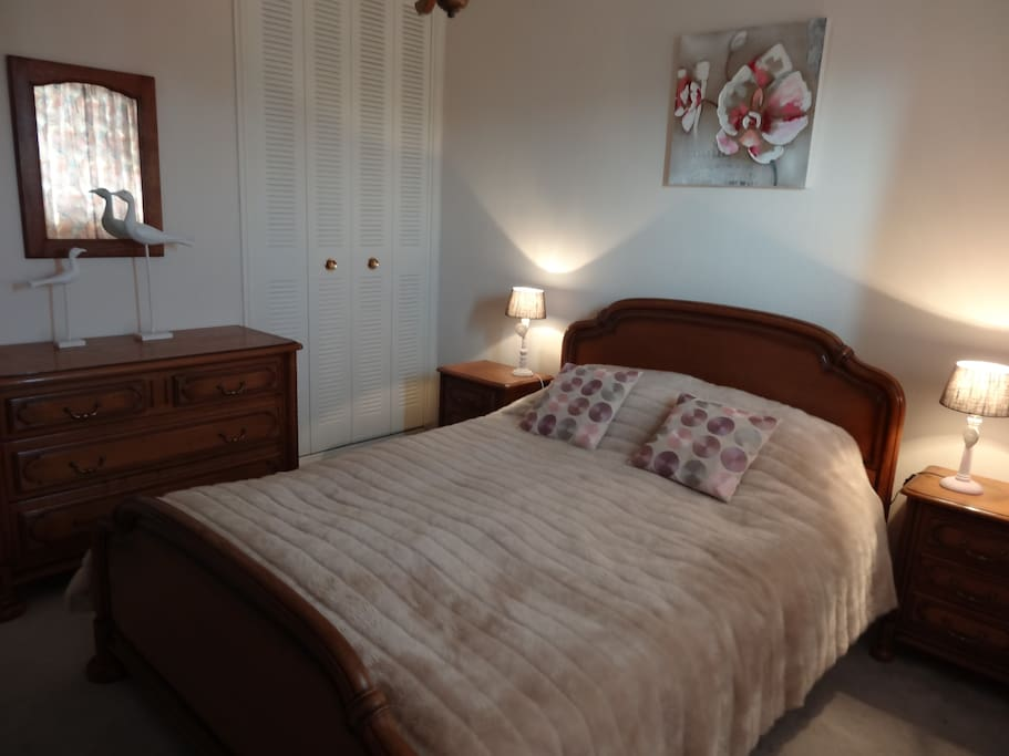Chambre 1, avec petit balcon et dressing Bedroom 1, with little balcony and dressing
