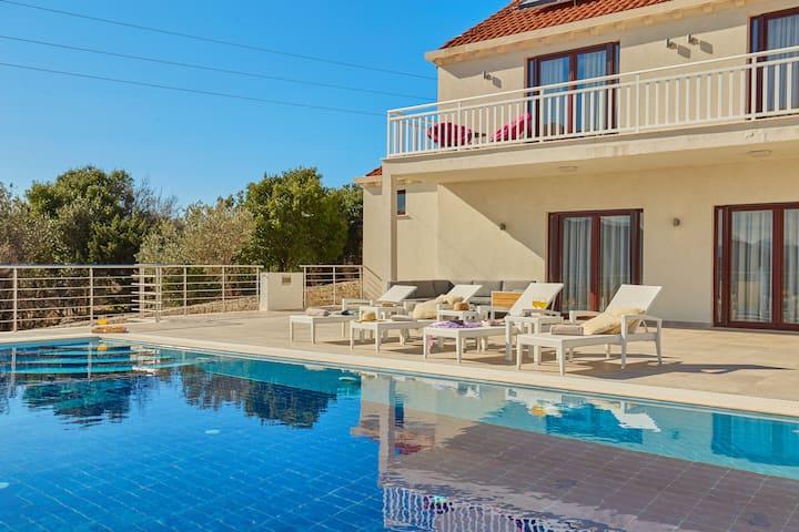 Villa Callista - View, Pool, Gym, 8min to Old Town