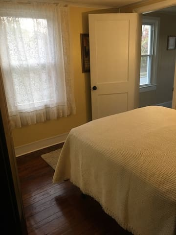 Farmhouse Private Room w/NEW Full Sized Bed - Rosedale