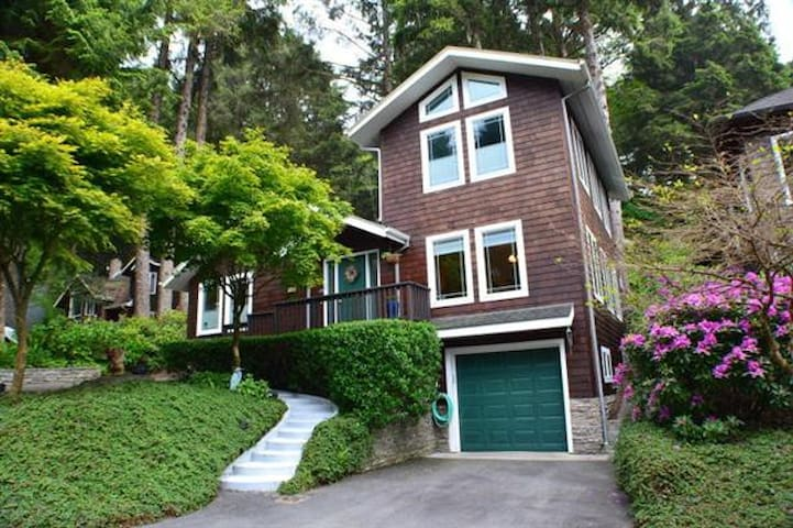Haystack rock beachhouse w hot tub houses for rent in for Beach house rentals cannon beach