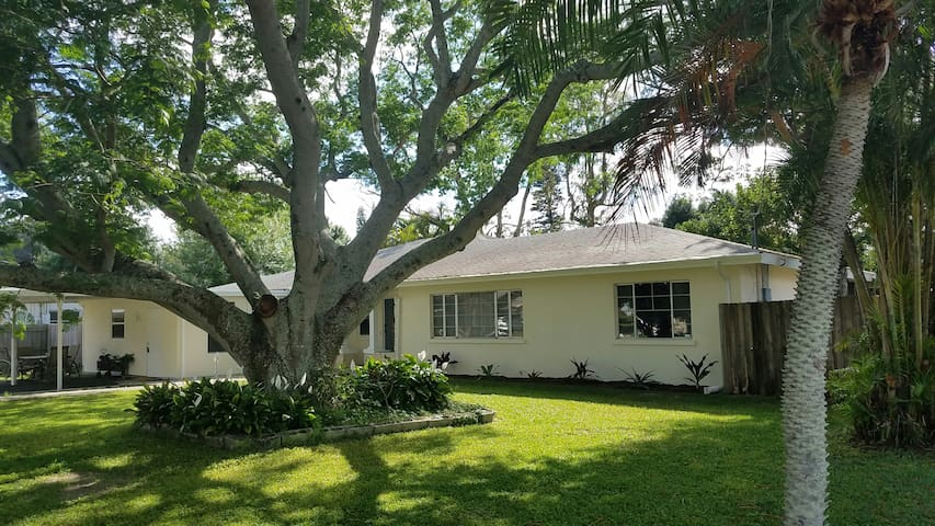 HUGE 4/1 Home! Close To IMG, Beaches! Large Patio!