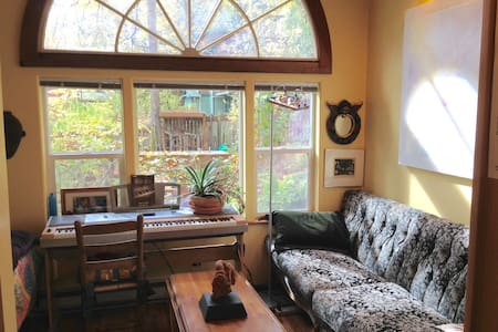 Cozy cottage in wooded SE Eugene - Eugene - Rumah