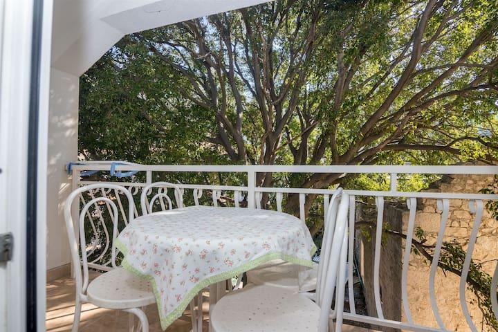 One bedroom Apartment, 50m from city center, beachfront in Drvenik, Balcony