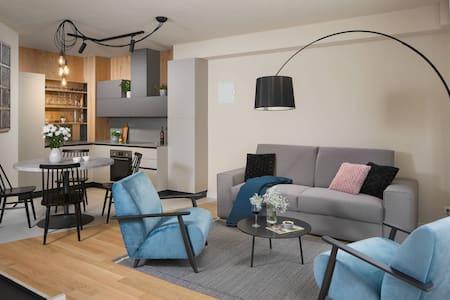 Novi moderno opremljen apartman sa terasom i vrtom