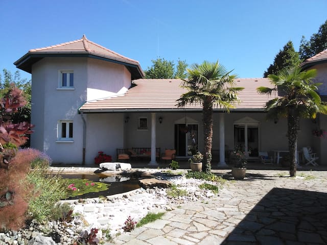 Large room in villa close to Geneva and the lake