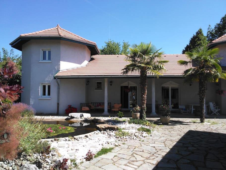 Grande chambre dans villa proche gen ve et lac villas for Chambre louer geneve