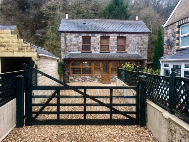 Heol Gwys Cottage, Cwmtwrch. Gower/Brecon/Neath
