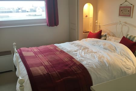 Cozy King bed room for travel light travellers - Kenilworth