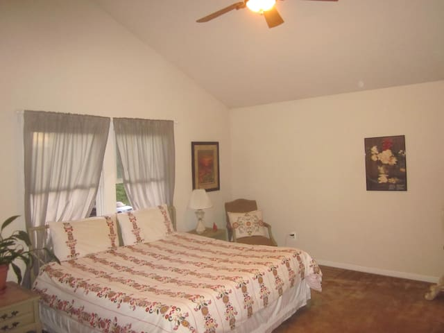Lovely, Spacious Living!! - Boyds
