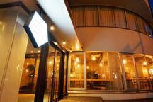 函館五稜郭公園すぐ近く市電電停から徒歩5分の2019年6月オープンのちょっとレトロなプチホテル !!