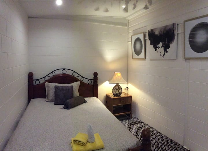 PaDee's Palace Room 1 - clean quiet safe friendly