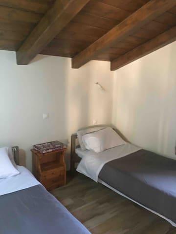Υπνοδωμάτιο με 2 μονα κρεβάτια . Στη σοφίτα .