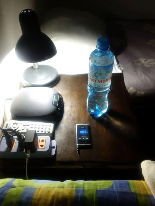 Velador con lámpara de noche, altavoces JBL Bluetooth para conectar in/alambricamente al Ipod, MP3 o Smartphone (minijack 3.5mm) y tomacorriente de 2 entradas extras.