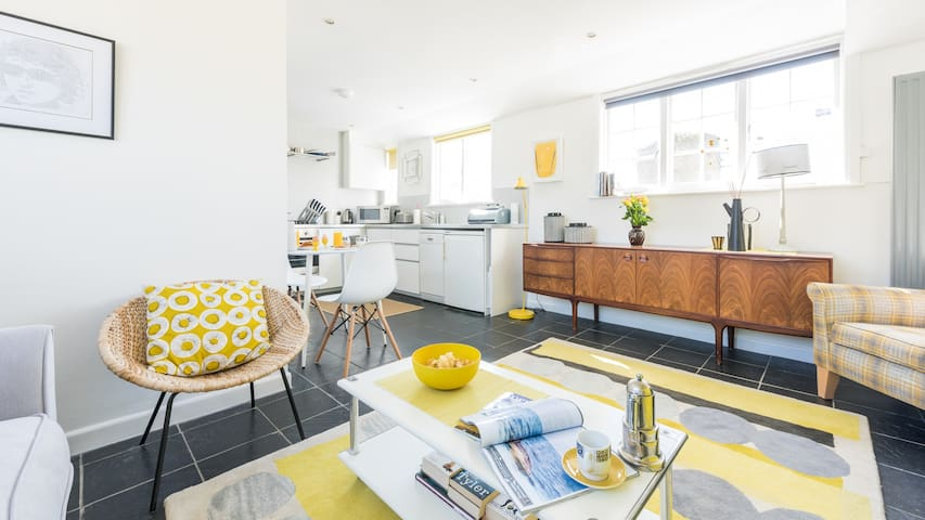 15 The Digey, in the heart of St Ives town. Beach just 2 minutes' walk. Shops, restaurants and galleries all super close. Free WiFi.