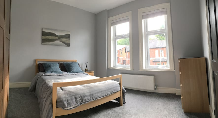Spacious double room near Heaton Park