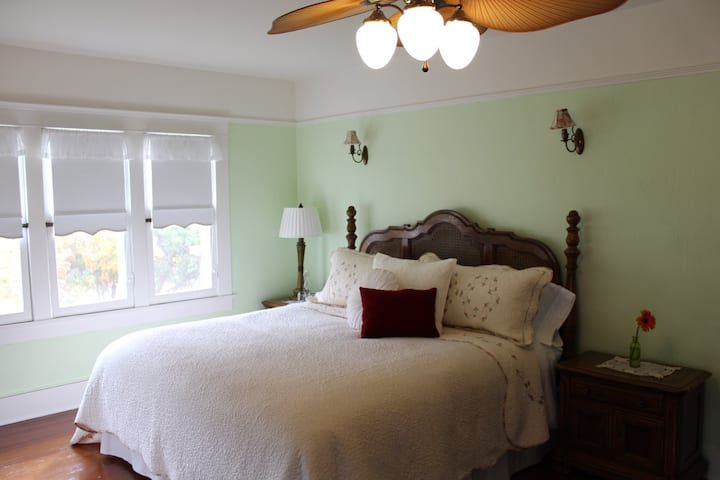 Lady Geneva Bed and Breakfast Medford King Suite