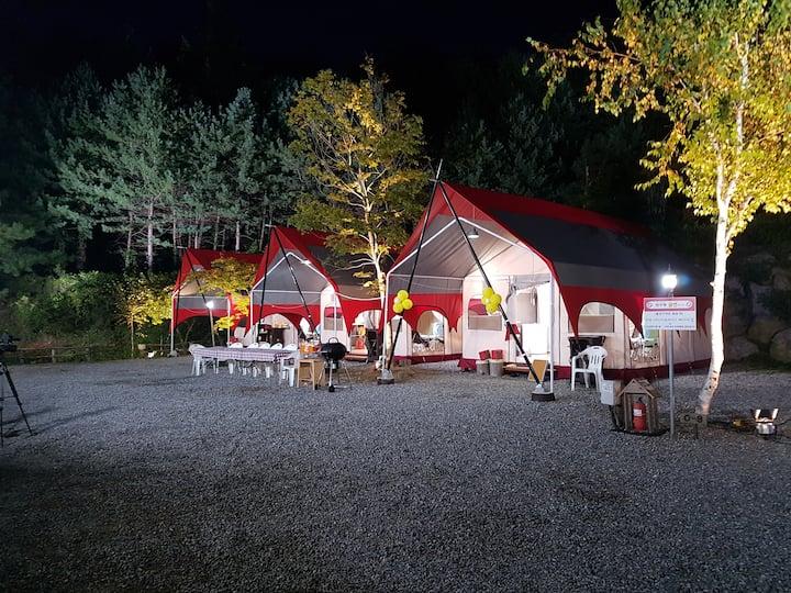 아늑한 침대와 다양한 시설이 구비되어 있는 원룸형 가족전용글램핑1 텐트