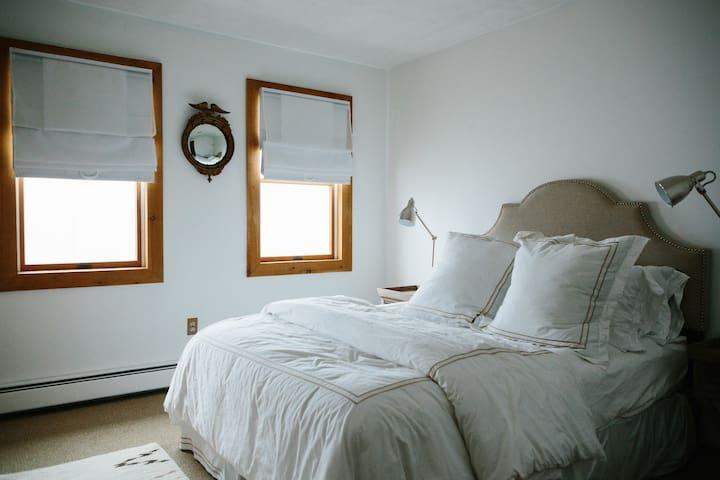Guest Bedroom 1 (1 queen bed)