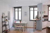 Cuisine, salle à manger et salon exposés SUD par trois belles fenêtres