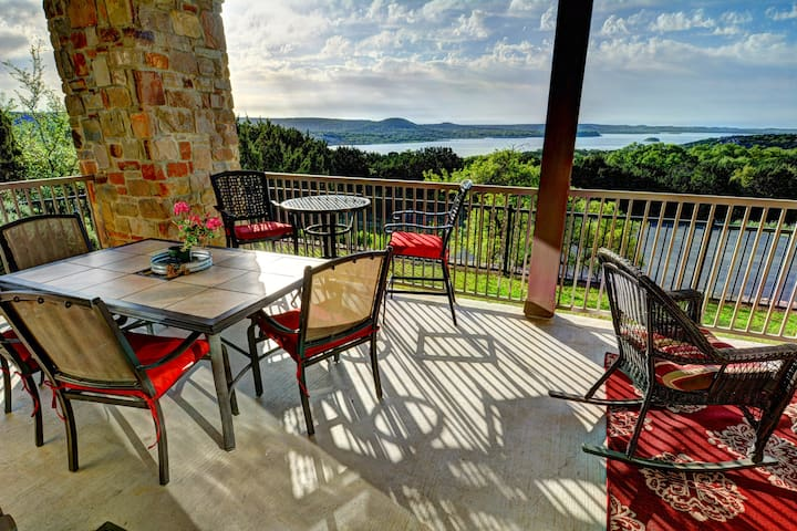 Cozy Pet Friendly Hill Country Oasis with lakeview