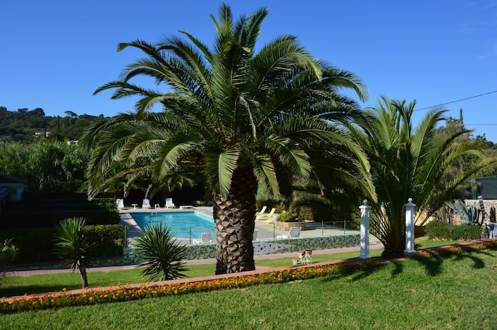 VILLA SAINT TROPEZ-POOL-AIR COND-PARKING-4/5 pers