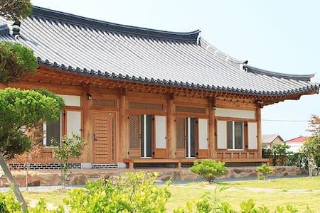[채원당] 한옥펜션-유심당(35평) 방4, 거실, 화장실2, 주방 - Ogok-myeon, Gokseong-gun