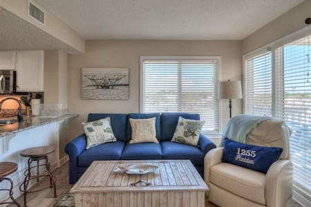 Beautiful 2 King Bed/2 Bath Condo by Beach