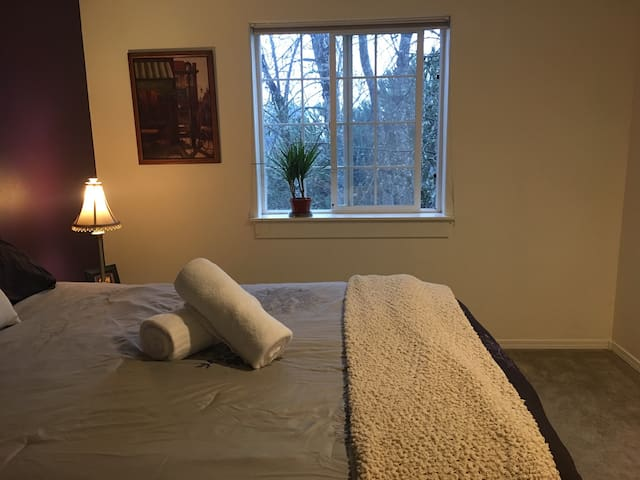 Bright bedroom overlooking pond, private bathroom! - Silverton