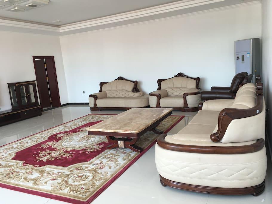 40平米大客厅,TCL智能曲面电视,芝华士头等舱沙发,简欧沙发,大理石茶几,素雅地毯。