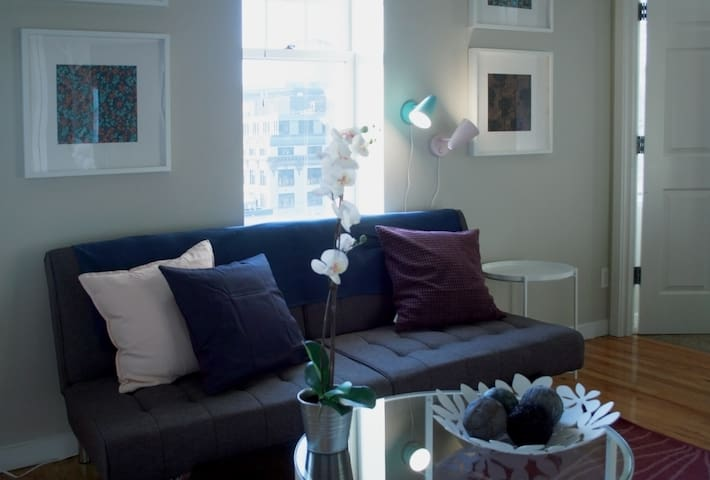 Chic Downtown 1br a block from Chinatown #303