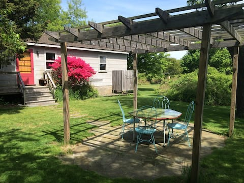 Secluded 1Br cottage on the lake, close to Ditch