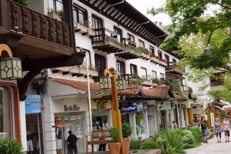 Estamos localizados no coração de Gramado, nosso prédio é esse branco aos fundos, a 60 metros da rua coberta, melhor ponto da cidade!