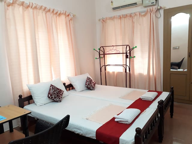 Valiyathayil Home Stay (Deluxe AC Room Twin Beds)